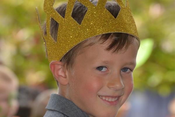 Niño con corona